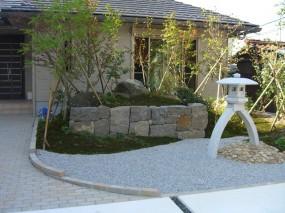 琴柱燈呂で奥行きを見せた枯山水の庭2