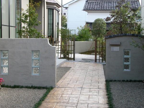 遊び心感じるガラスブロックを使用した門柱7