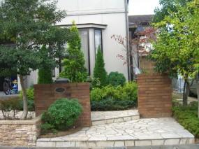 コニファーの寄植がよく似合うレンガの門柱5