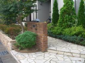 コニファーの寄植がよく似合うレンガの門柱2