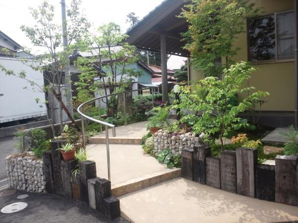 あたたかみのある自然素材を生かしたお庭1