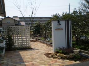 縦のストライプを基調にした門柱や古窯レンガのアプローチが優しくお客様を出迎えてくれます2