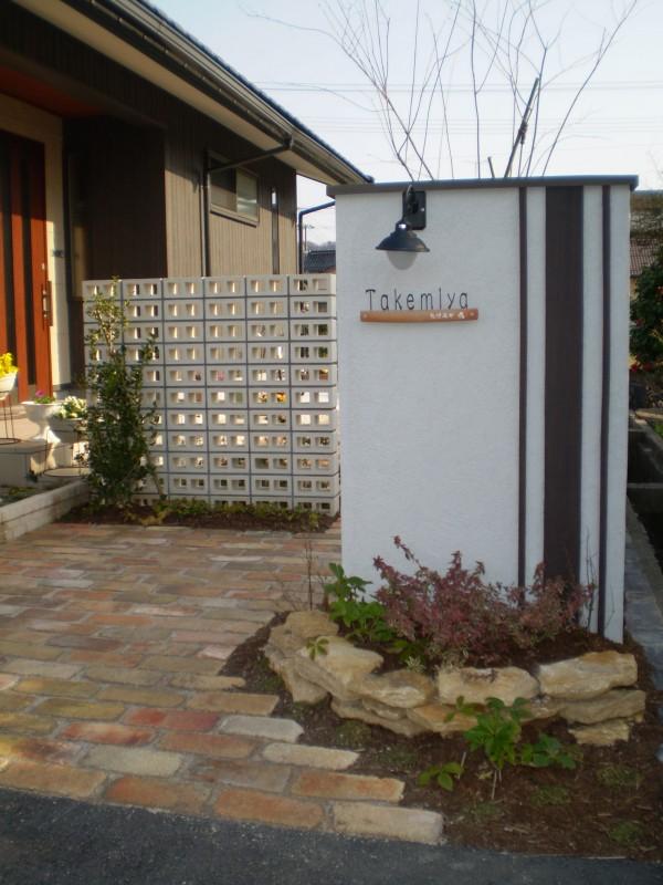 縦のストライプを基調にした門柱や古窯レンガのアプローチが優しくお客様を出迎えてくれます1