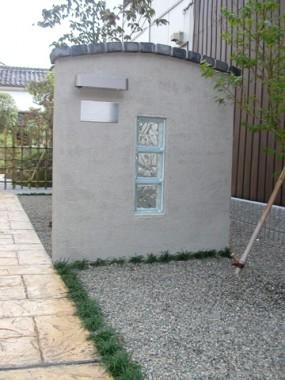 遊び心感じるガラスブロックを使用した門柱6