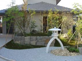 琴柱燈呂で奥行きを見せた枯山水の庭3